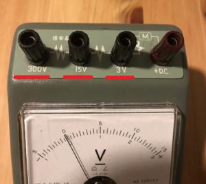 上から見た電圧計