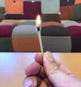 火を上に向ける