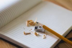 細い鉛筆を使う